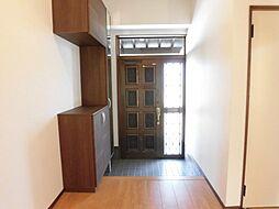 リフォーム済玄関ホールです。壁・天井はクロス張替え、住友林業クレスト製ミラー付きのシューズボックスを新設しました。取り外して洗える可動棚は、棚位置を調整可能な機能付きです。