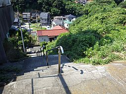 近くの階段を下...