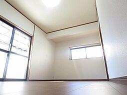 リフォーム済1階北側洋室写真です。天井、壁はクロスを張り、床はフローリングを張りました。大きな窓があるので、明るく過ごしやすい空間になっています。