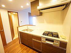 グリル付3口コンロの対面式キッチンです。浄水器・食器洗浄乾燥機一体型で高機能です