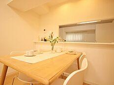 人気の対面キッチンダイニングテーブルを配置すれば、会話を楽しみながら特設のレストランが出来上がります