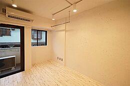 室内はさえぎるものがなく、広く感じるようにしています。収納は備え付のハンガーパイフ。好みの収納を置いて、自分だけの空間創りを楽しめます。