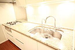 グリル付き・浄水器付きのカウンター式キッチンです。