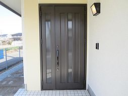 玄関ドアは新品...