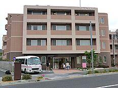 病院 約591m