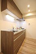 都会的で優美な印象のオリジナルデザイン。淡い色合いで清潔感のあるキッチンパネルが上品な空間を演出します