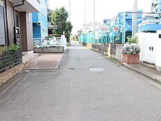 前面道路は5m。閑静な住宅街で乗り入れも安心。