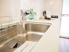 白を基調とした清潔感のあるキッチンです。