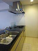 シンクが広く使い勝手の良さそうな人気の高い対面式キッチン