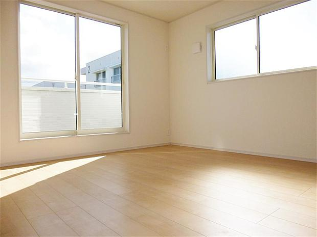 写真は同施工会社のものです。7.5帖の主寝室は広々とお使い頂けます。
