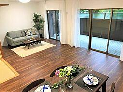 自然と家族が集うLDKは充分な広さを確保しました。ワイドな掃き出し窓の先にはテラスが広がり開放感があります。