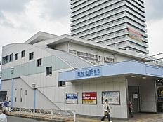 東村山駅(西武 新宿線)まで1675m、東村山駅(西武 新宿線)より徒歩約20分。