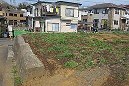 駐車場2台分のスーペースあり。駅まで徒歩圏内。買い物にも便利な立地。緑豊かな自然に恵まれた住宅環境。