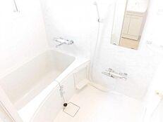 ユニットバスハウステック製の1116タイプに交換しました。大手メーカーのユニットバスですので、節水効果も高く、家計に優しい浴室です。一日の疲れを落とすのに最適な空間です。