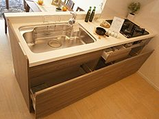 奥に入れた物も取り出しやすいスライド収納キッチンです。
