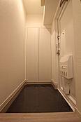 玄関フロアタイルは汚れの目立たないシックな色味