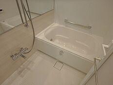 浴槽サイズゆったり、設備充実のお風呂です