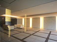 広いリビング・ダイニングがあるマンションは、開放的で様々な楽しみ方ができます。家族が集まる中心となる場所で大きなテレビや家具を置いたり、コミュニケーションスペースとして活用できます。