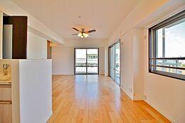 明るい角部屋家族の暮らしに思いを馳せて、日常の暮らしを最高の暮らしにする為のリノベーション。窓には、気持ちの良い風景が映ります。求めたのは、シンプルな機能美とスマートな空間美。