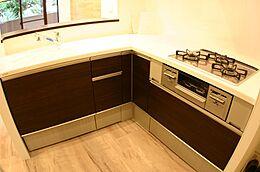 キッチン キッチンは、人気の対面式キッチンです。お料理をしながらご家族との会話も楽しめますね。