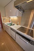 グリル付IHクッキングヒーターのシステムキッチンです。食器洗浄乾燥機・浄水器付きの広いキッチンです。