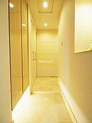 廊下は大理石張りで高級感を感じられる造りになっています。来客の際も自慢できます。