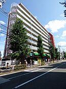 駒沢公園通りに面した存在感のある建物