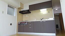 キッチンスペースを広く取った構造で、移動時の無駄を省いた奥様にやさしいキッチンです