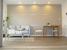 ナチュラルでオシャレな家具付き。リビングとの統一感があり、明るい印象になっています。