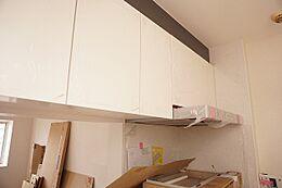 キッチンキッチンには吊戸棚があり収納力があります。散らかりがちなキッチンがスッキリ片付きますね。