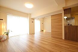 大きめの家具を置いてもゆったりとした動線を確保できる、広々としたLDK