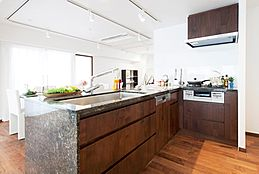 ビルトイン式の食器洗い乾燥機を標準設置しています。家事の手間を大幅に軽減してくれるお役立ちアイテムは、洗浄力が高いうえ、除菌効果にも優れています。