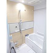 ワイドミラーでスタイリッシュな浴室