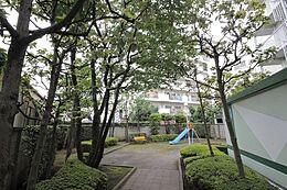 マンション敷地内には公園もあり、お年寄りからお子様までくつろげる癒しの空間となっております。(共有部)