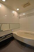 1822サイズの広々とした浴室。浴槽は人気のシェル型タイプ