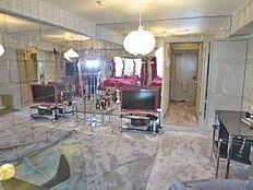 豪華なリビングルーム、壁の一部は鏡張り