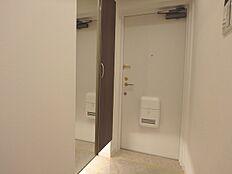 白を基調とした玄関は、鏡のついたシューズボックスが設置してありますので、お出かけの際の身だしなみチェックもOKです。