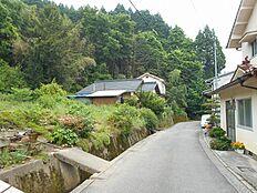 前面道路(左が本物件)