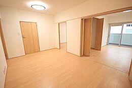 (リビング)デザインの高い空間に明るい色合いのフローリングはご家族様に癒し、潤い、落ち着きを与えてくれる空間となっております。