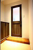 玄関とリビングの間にワンクッション空間があることでリビングの生活感が遮断され奥様に安心です。