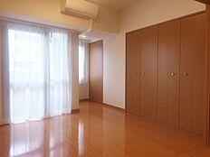 洋室は8帖あり、単身で住むとゆとりがあります。エアコンは1基取り付けられていてすぐ使えます。