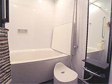 追い炊き機能付きの清潔感あるバスルームです