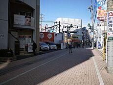 町田駅から徒歩5分、周辺には商業施設が豊富な利便性の高い住環境です。さらには14階建て12階という高層マンションです。