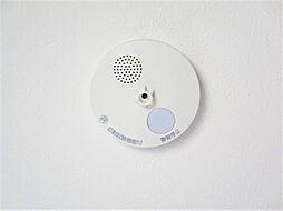 同仕様写真全居室に火災警報器を新設します。キッチンには熱感知器、その他のお部屋や階段には煙感知器のもの設置します。万が一の火災も大事に至らないように、備えが重要です。電池寿命約10年です。?