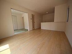 隣接する和室を合わせると20.25帖の大空間です