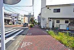 東側前面道路には、歩道が確保されています。