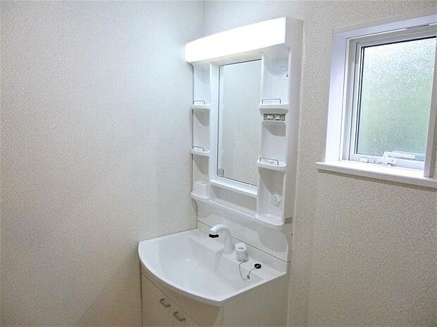写真は同施工会社のものです。ハンドシャワー付きの洗面化粧台を採用。