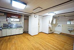 キッチンの横には勝手口があるため、お料理の際に出てしまったゴミなどを一度外に出すことができます。