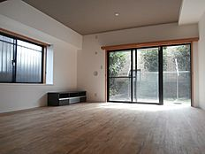 広々使えるリビング「ダイニングテーブル、ソファーを余裕をもって設置できます。」