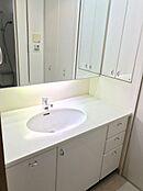 独立洗面所 カウンター部分も広いのでハンドソープやアクセサリーの一時置きが出来て取っても便利